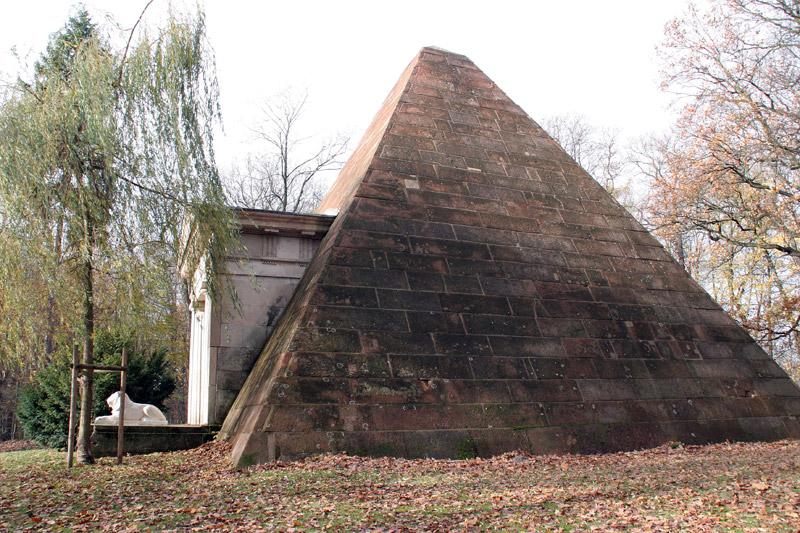 Die Pyramide im Park
