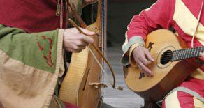 Mittelalterliche Musikanten spielen